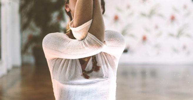 Posizione Yoga Hatha dell'aquila da seduti